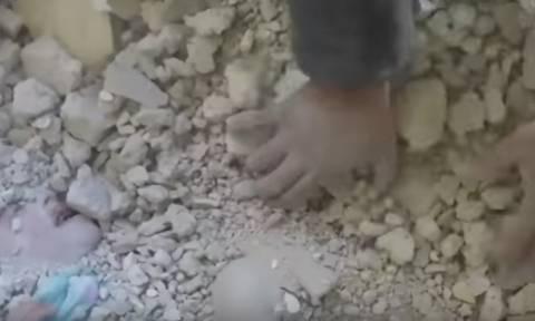 Ελπίδα στο Χαλέπι: Έβγαλαν ζωντανό κοριτσάκι που είχε θαφτεί στα ερείπια (ΣΚΛΗΡΕΣ ΕΙΚΟΝΕΣ)