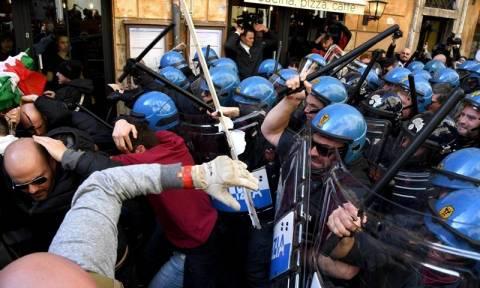 Ιταλία: Κλιμακώνουν τις κινητοποιήσεις τους οι οδηγοί ταξί στη Ρώμη (vids)
