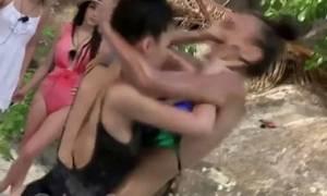 Άγριος και… αποκαλυπτικός καβγάς γυναικών με μαγιό σε ριάλιτι (video)