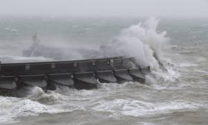 Σφοδρή καταιγίδα σαρώνει με 160 χλμ. την ώρα τη Βρετανία – Χιλιάδες σπίτια χωρίς ηλεκτρικό (Pics)