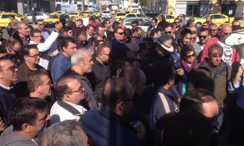 Διαμαρτυρία οδηγών ταξί έξω από τα γραφεία της ΝΔ (pics + vid)