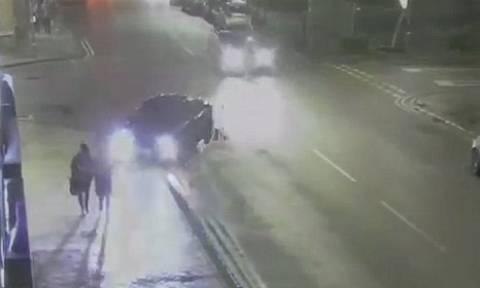 Βίντεο σοκ: Οδηγός παρασύρει 17χρονη πάνω στο πεζοδρόμιο και την αφήνει αβοήθητη