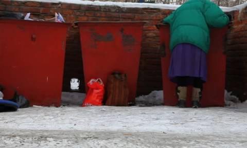 Απίστευτο: Έκλεισαν σε κλουβί δυο γυναίκες που έψαχναν στα σκουπίδια για φαγητό!