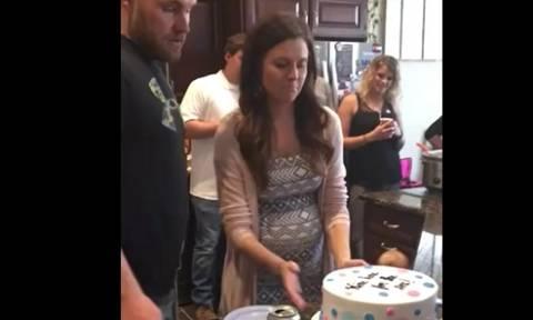 Είχαν παραγγείλει τούρτα για τα γενέθλια του παιδιού! Οταν την έκοψαν, έπαθαν σοκ... (video)