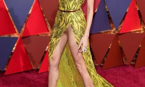 Όσκαρς: Ηθοποιός χωρίς εσώρουχο άνοιξε τα πόδια στο κόκκινο χαλί και φάνηκαν όλα! (video)