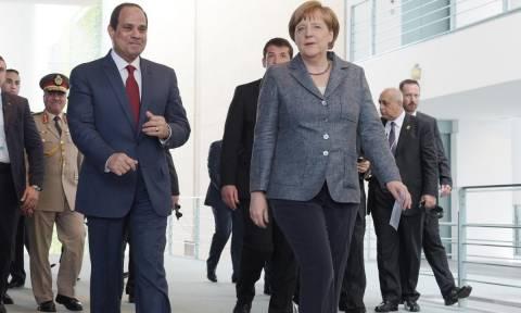 Η Μέρκελ αναζητά λύσεις στο μεταναστευτικό σε Κάιρο και Τύνιδα