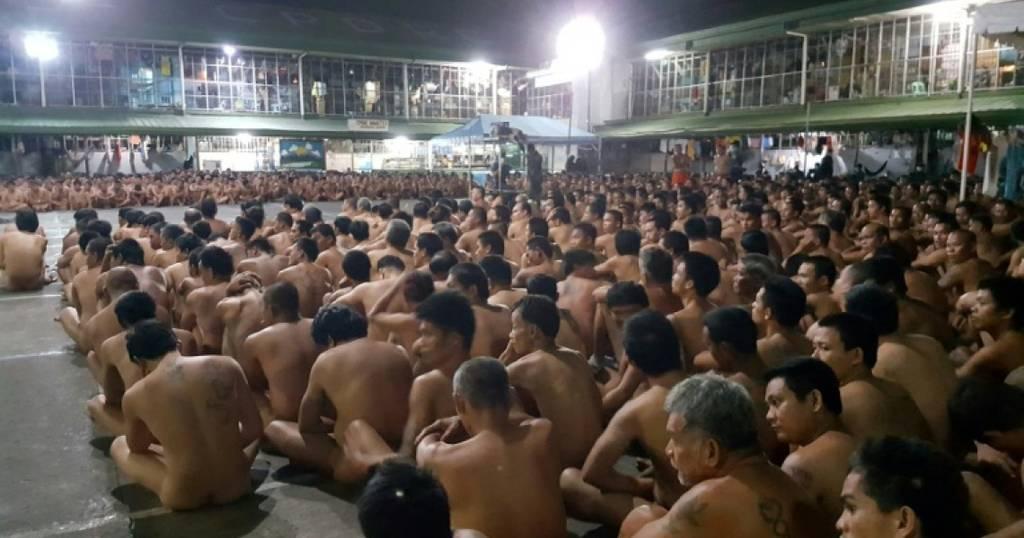 Σάλος: Χιλιάδες κρατούμενοι γυμνοί έξω από τα κελιά τους – Οργή από ΜΚΟ (photos)
