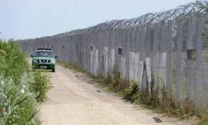 Ξεφεύγουν οι Ούγγροι - Κατασκευάζουν φράκτη για τους μετανάστες που προκαλεί ηλεκτροσόκ