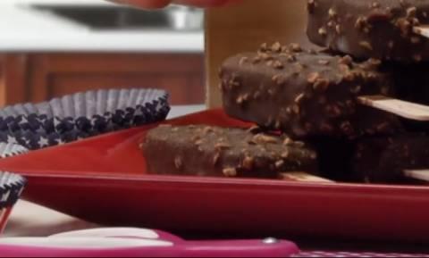 Ερχονται τα παγωτά! Να, το... κόλπο για να τα τρώτε χωρίς να λερώνεστε (video)