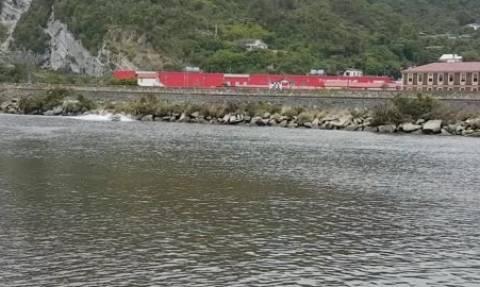 Επικό ατύχημα με ταχύπλοο... Καρφώθηκε πάνω σε στύλο μέσα στη θάλασσα (video)