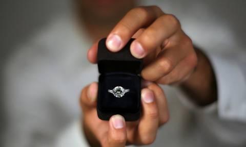 Πήγε να κάνει πρόταση γάμου και τα έκανε… μαντάρα! (vid)