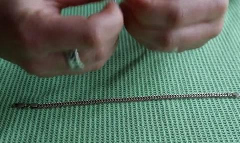 Πήρε ένα συνδετήρα και το βραχιόλι της. Αυτό που έκανε θα σας λύσει τα χέρια... (video)