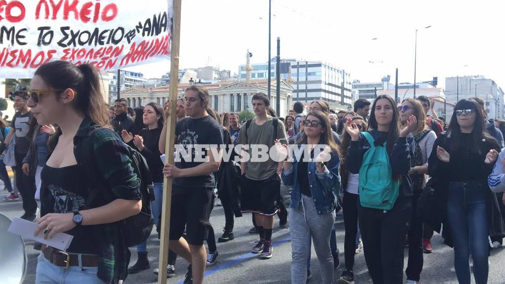 Μαθητικό συλλαλητήριο: Βόμβες μολότοφ και πετροπόλεμος στο κέντρο της Αθήνας (pics&vids)