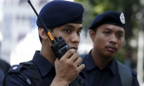 Με το δάχτυλο στη σκανδάλη πάνοπλοι αστυνομικοί έχουν περικυκλώσει την πρεσβεία της Βόρειας Κορέας