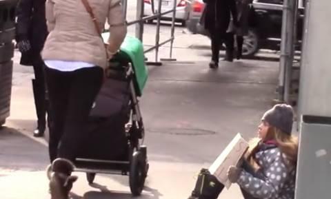 Ενα άστεγο παιδί ζητά χρήματα για να ζήσει στο δρόμο. Ποιος θα το βοηθήσει; (video)
