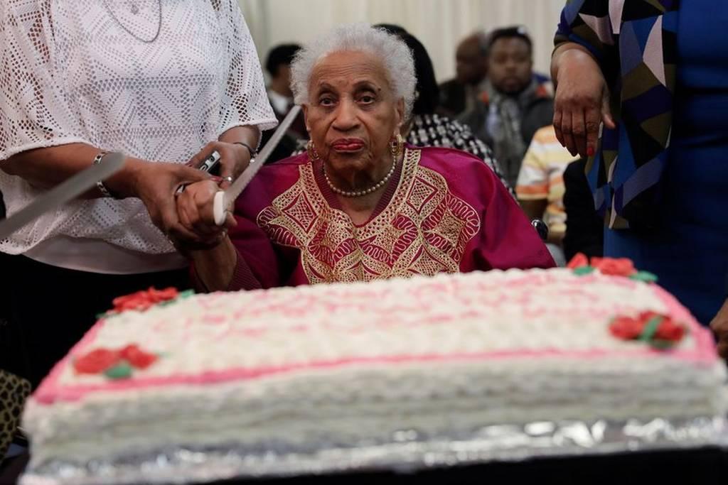 Μεγάλες εικόνες: Τρεις αιωνόβιες γιαγιάδες γιόρταζαν μαζί τα γενέθλιά τους και έσβησαν… 303 κεράκια