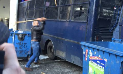 Οι αγρότες πολιορκούν την κυβέρνηση - «Τσίπρα χορτάσαμε ψέμα»!