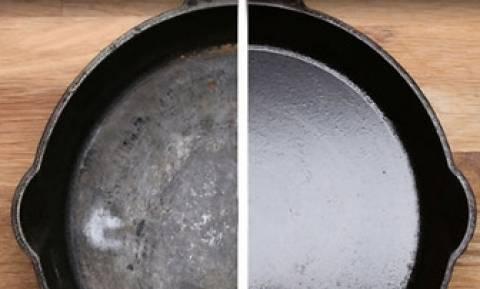 Καθαρίζει και ψήνει ανάποδα το τηγάνι της στο φούρνο! Οταν δείτε γιατί, θα το κάνετε αμέσως (video)