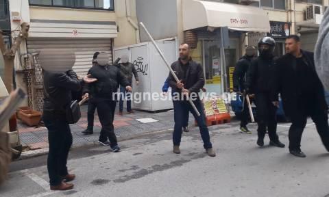 Χαμός στο Βόλο: Με ξύλα και κράνη φυγαδεύτηκαν Ηλιόπουλος και Κασιδιάρης (vid)