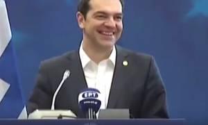 Το αστείο του Τσίπρα με τους δημοσιογράφους για το... νερό (vid)