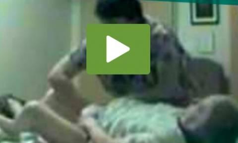 Προσέλαβε νοσοκόμα για τη μητέρα του. Επαθε σοκ μόλις είδε τι κατέγραψε η κρυφή κάμερα! (video)