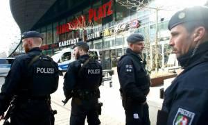 Συνεχίζεται ο αποκλεισμός του εμπορικού κέντρου στην Γερμανία  υπό το φόβο επίθεση καμικάζι