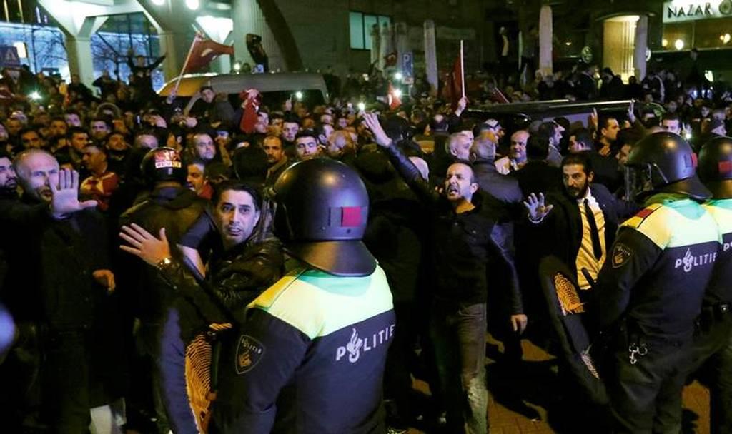 Δραματικές εξελίξεις: «Πόλεμος» Τουρκίας – Ολλάνδίας, φόβοι για έκτροπα (pics+vids)
