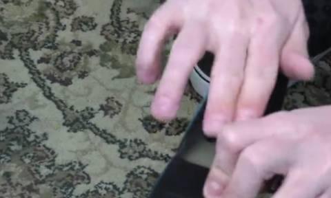 Πήρε μια βίδα και την έβαλε στο τηλεκοντρόλ της TV. Ο λόγος θα σας εντυπωσιάσει... (Video)