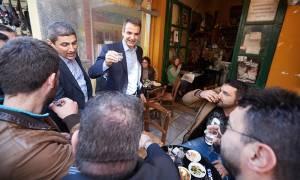 Επίσκεψη Μητσοτάκη στην Κρήτη με ρακές και μπόλικες…μαντινάδες (pics)