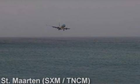 Συγκλονιστικό βίντεο: Boeing 737 παραλίγο να πέσει στη θάλασσα