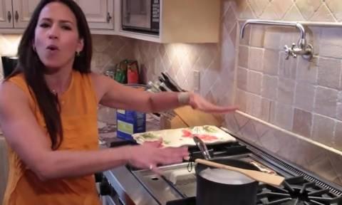 Εβαλε μια ξύλινη κουτάλα πάνω απ' την κατσαρόλα με τα μακαρόνια. Θα το κάνετε συνέχεια... (video)