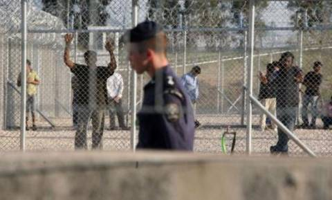 Πρόσφυγες έβαλαν φωτιά στο κέντρο κράτησης στην Αμυγδαλέζα
