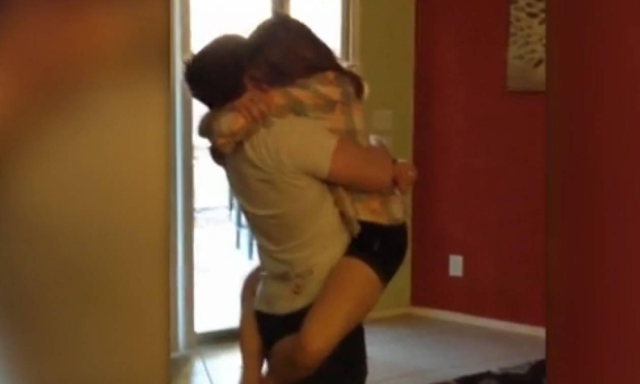 Στρατιωτικός επιστρέφει σπίτι του μετά από χρόνια! Θα δακρύσετε με την υποδοχή της αδερφής του (vid)