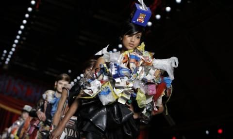 Hadid και Kendall Jenner στην πασαρέλα φορώντας… σκουπίδια! (videos)