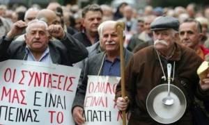 «Εύκολος στόχος» οι συνταξιούχοι: Αναλυτικά όλες οι περικοπές που έγιναν στις συντάξεις