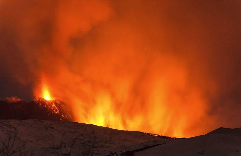 Απίστευτες εικόνες: Η στιγμή της έκρηξης στο ηφαίστειο της Αίτνας - Δέκα τραυματίες (pics+vid)