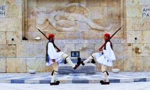Απίστευτο - «Κατασκήνωσαν» ανενόχλητοι μπροστά από το μνημείο του άγνωστου στρατιώτη(photos)