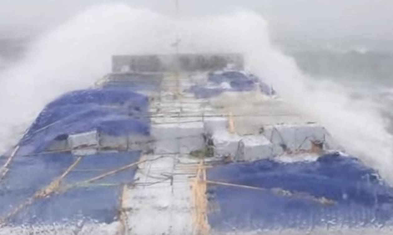 Τρομακτικές στιγμές μέσα στη θάλασσα εν ώρα απίστευτης τρικυμίας (Video)