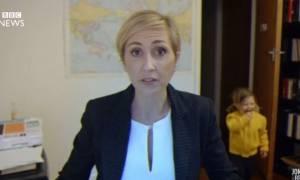 Πώς μια μαμά θα διαχειριζόταν το αστείο στιγμιότυπο που είχε ο συνεντευξιαζόμενος μπαμπάς του BBC