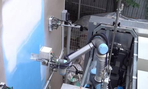 Ρομπότ μπογιατζής και καθαριστής βάφει και πλένει ψηλά κτίρια