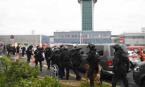 Επίθεση Γαλλία - Σοκαριστική μαρτυρία: «Κρατούσε από το λαιμό μια γυναίκα στρατιωτικό»