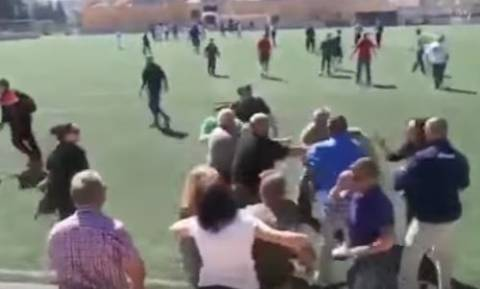 Άγριο ξύλο μεταξύ γονέων σε αγώνα παιδικού ποδοσφαίρου! (vid)