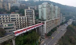 Μόνο στην Κίνα: Τρένο περνά μέσα από πολυκατοικία! (vid)