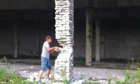 Αυτό το αγόρι παίζει... Jenga με πραγματικά τουβλάκια! Αυτό που συνέβη τον έκανε να τρέχει (video)