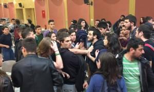 Μικροένταση στο υπουργείο Παιδείας μεταξύ φοιτητών (pics&vid)
