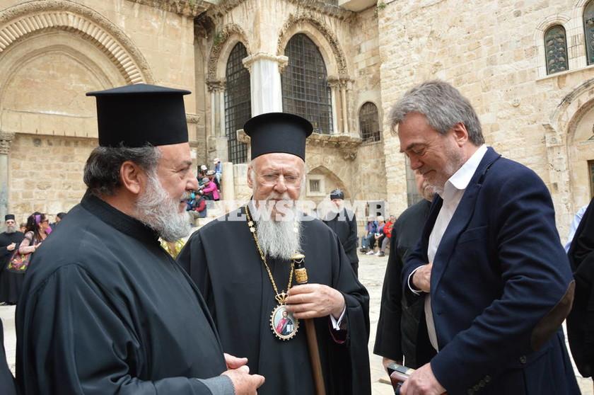 Αποκλειστικό Newsbomb.gr: O Οικουμενικός Πατριάρχης γονατίζει στο Γολγοθά (pics)