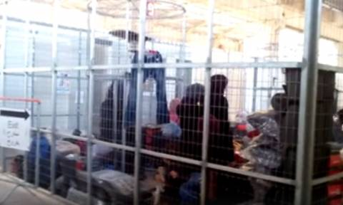 Βίντεο - σοκ: Στοιβάζουν μετανάστες σε κλουβιά στη Χίο