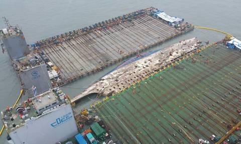 Εντυπωσιακές εικόνες απο τη Νότια Κορέα: Ανέσυραν το ναυάγιο του Sewol (vid)