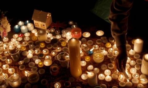 Λονδίνο: Απόκοσμη ησυχία, δάκρυα και κεράκια για τα θύματα της επίθεσης (video+pics)