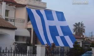 25η Μαρτίου: Κάλυψε το σπίτι του με την ελληνική σημαία! (pics&vid)